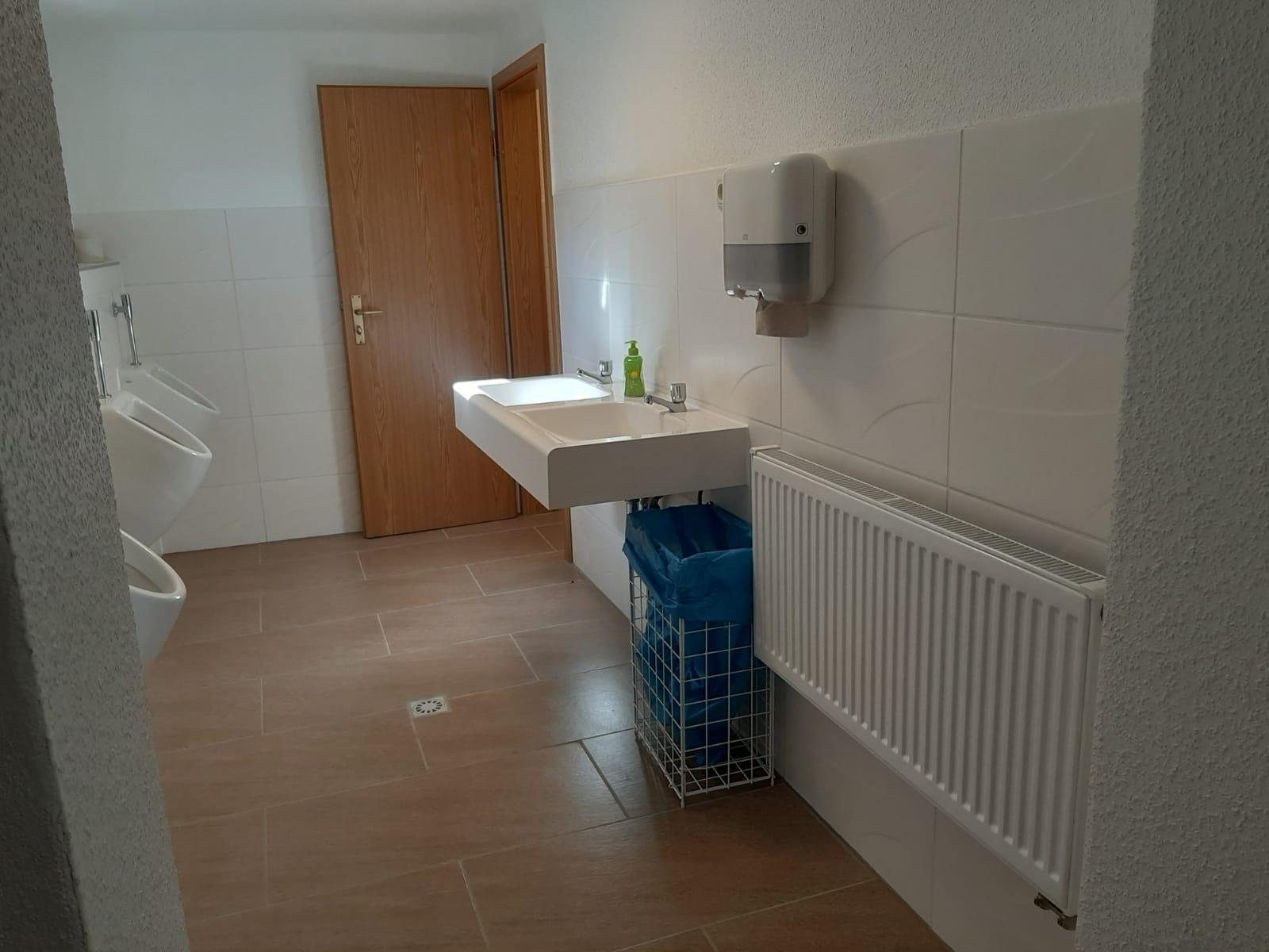 Urinale und Waschbecken.jpg